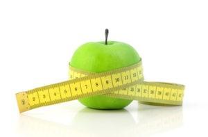 """La anorexia nerviosa se caracteriza por un miedo intenso a ganar peso, rechazando quien lo sufre mantener un peso corporal mínimo normal (para su edad y talla), sufriendo una alteración importante de la imagen de su cuerpo. Generalmente, la persona que lo sufre no deja de tener apetito (aunque el término """"anorexia"""" signifique eso), pero consigue la pérdida de peso dejando de comer. Suele comenzar por excluir los alimentos de alto contenido calórico, terminando con una dieta muy restringida, a veces limitada a muy pocos alimentos. La imagen de uno mismo puede estar muy distorsionada, pudiendo verse obesas o pensando que alguna parte de su cuerpo está especialmente deformada, aunque en la realidad no sea así. No obstante, incluso cuando son conscientes de su delgadez, niegan que pueda ser un problema con consecuencias clínicas graves. Son frecuentes las conductas rituales para comprobar el peso, como pesarse constantemente en la báscula, medirse partes del cuerpo de manera obsesiva o mirarse repetidas veces en un espejo. La autoestima de quien sufre este problema depende notablemente de su peso, considerando un signo de logro, esfuerzo y disciplina perder peso, y una debilidad o fracaso del autocontrol, el hecho de ganarlo. Hay varias formas de anorexia, la de tipo restrictivo (cuando se pierde peso haciendo dieta o realizando ejercicio intenso pero sin que haya atracones o purgas) y la de tipo compulsivo o purgativo I (el individuo come, incluso en forma de atracón, y luego recurre al vómito, los laxantes o diuréticos)."""